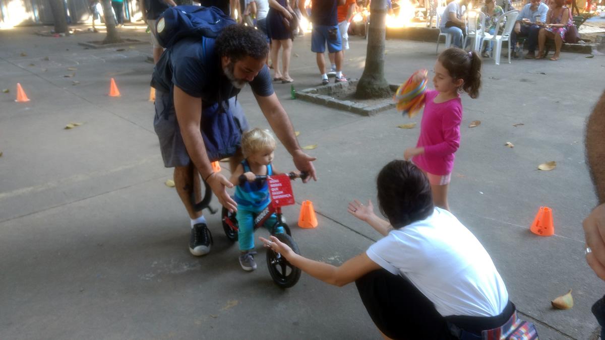 Jogos de bicicleta animaram as crianças durante as celebrações do Dia da Europa, no último sábado (13/05) na Praça Virgílio de Melo Franco, no Rio de Janeiro. Foto: Fábio Nazareth