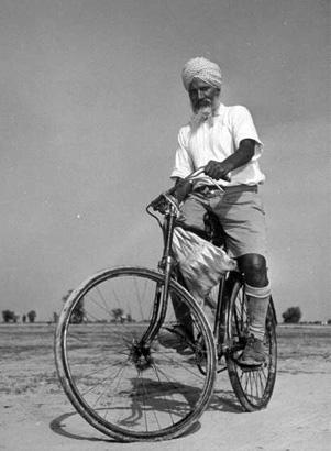 Homem sikh pedala tranquilamente com seu turbante