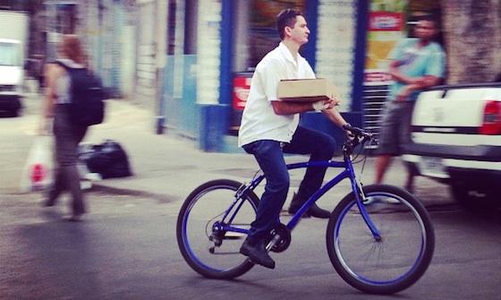 Ciclista pedala na Lapa - Foto: Cicloviais Invisíveis