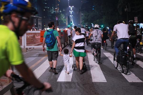Cena de uma cidade com mais bicicletas nas ruas.