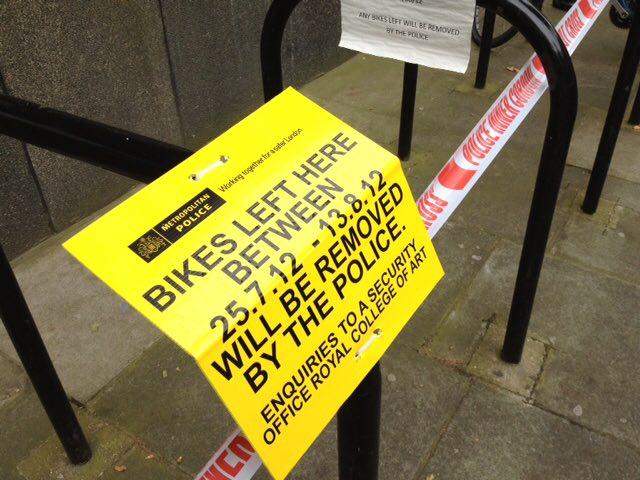 Aviso de remoção de bicicletas em zona de exclusão.